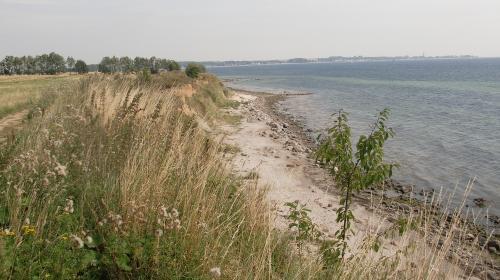 Malerischer Strandabschnitt an der Steilküste